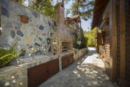 Территория. Кипр, Троодос : Двухэтажный деревянный коттедж с большой зелёной территорией, 3-мя спальнями, 2-мя ванными комнатами, тенистой террасой, барбекю и потрясающим видом на горы и деревню Spilia
