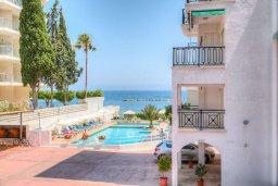 Вид на море. Кипр, Гермасойя Лимассол : Апартамент в 100 метрах от моря в комплексе с бассейном, с гостиной, двумя спальнями и балконом с видом на море
