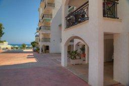 Фасад дома. Кипр, Гермасойя Лимассол : Апартамент в 100 метрах от моря в комплексе с бассейном, с гостиной, двумя спальнями и балконом с видом на море