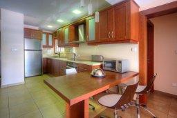 Кухня. Кипр, Гермасойя Лимассол : Апартамент в 100 метрах от моря в комплексе с бассейном, с гостиной, двумя спальнями и балконом с видом на море
