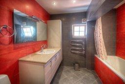 Ванная комната. Кипр, Гермасойя Лимассол : Апартамент в 100 метрах от моря в комплексе с бассейном, с гостиной, двумя спальнями и балконом с видом на море