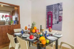 Обеденная зона. Кипр, Центр Айя Напы : Потрясающий просторный апартамент в центре Айя-Напы, с гостиной, тремя спальнями, двумя ванными комнатами и балконом