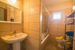 Ванная комната. Кипр, Центр Айя Напы : Потрясающий просторный апартамент в центре Айя-Напы, с гостиной, тремя спальнями, двумя ванными комнатами и балконом