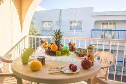 Балкон. Кипр, Центр Айя Напы : Потрясающий просторный апартамент в центре Айя-Напы, с гостиной, тремя спальнями, двумя ванными комнатами и балконом
