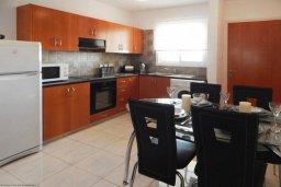 Кухня. Кипр, Центр Айя Напы : Потрясающий современный апартамент в центре Ай-Напы, с гостиной, двумя спальнями и балконом