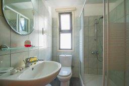 Ванная комната. Кипр, Центр Айя Напы : Современный апартамент в центре Ай-Напы, с гостиной, двумя спальнями и балконом