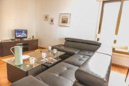 Гостиная. Кипр, Центр Айя Напы : Современный апартамент в центре Ай-Напы, с гостиной, двумя спальнями и балконом