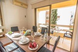 Обеденная зона. Кипр, Центр Айя Напы : Современный апартамент в центре Ай-Напы, с гостиной, двумя спальнями и балконом