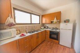 Кухня. Кипр, Центр Айя Напы : Современный апартамент в центре Ай-Напы, с гостиной, двумя спальнями и балконом