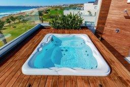 Развлечения и отдых на вилле. Кипр, Аммос - Лимнария Бич : Шикарная вилла с панорамным видом на море, с 5-ю спальнями, с большим бассейном, солнечной террасой на крыше с джакузи, домашним кинотеатром, расположена в 50 метрах от уединенной песчаной бухты