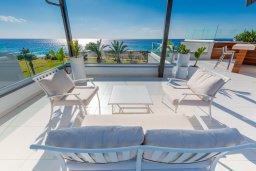 Терраса. Кипр, Аммос - Лимнария Бич : Шикарная вилла с панорамным видом на море, с 5-ю спальнями, с большим бассейном, солнечной террасой на крыше с джакузи, домашним кинотеатром, расположена в 50 метрах от уединенной песчаной бухты