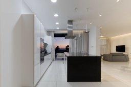 Гостиная. Кипр, Аммос - Лимнария Бич : Шикарная вилла с панорамным видом на море, с 5-ю спальнями, с большим бассейном, солнечной террасой на крыше с джакузи, домашним кинотеатром, расположена в 50 метрах от уединенной песчаной бухты