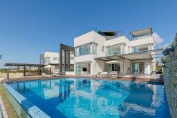 Вид на виллу/дом снаружи. Кипр, Аммос - Лимнария Бич : Шикарная вилла с панорамным видом на море, с 5-ю спальнями, с большим бассейном, солнечной террасой на крыше с джакузи, домашним кинотеатром, расположена в 50 метрах от уединенной песчаной бухты