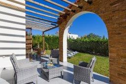 Терраса. Кипр, Ионион - Айя Текла : Современная вилла 3-мя спальнями, с зелёным двориком и барбекю, расположена в комплексе с бассейном и детской площадкой