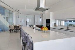 Кухня. Кипр, Аммос - Лимнария Бич : Элегантная вилла на побережье с панорамным видом на Средиземное море, с 6-спальнями, пейзажным бассейном, сауной, солнечной террасой на крыше с джакузи, расположена в 50 метрах от уединенной песчаной бухты