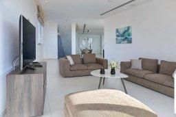 Гостиная. Кипр, Аммос - Лимнария Бич : Элегантная вилла на побережье с панорамным видом на Средиземное море, с 6-спальнями, пейзажным бассейном, сауной, солнечной террасой на крыше с джакузи, расположена в 50 метрах от уединенной песчаной бухты