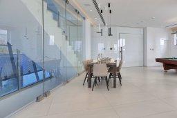 Обеденная зона. Кипр, Аммос - Лимнария Бич : Элегантная вилла на побережье с панорамным видом на Средиземное море, с 6-спальнями, пейзажным бассейном, сауной, солнечной террасой на крыше с джакузи, расположена в 50 метрах от уединенной песчаной бухты