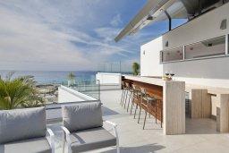 Терраса. Кипр, Аммос - Лимнария Бич : Элегантная вилла на побережье с панорамным видом на Средиземное море, с 6-спальнями, пейзажным бассейном, сауной, солнечной террасой на крыше с джакузи, расположена в 50 метрах от уединенной песчаной бухты