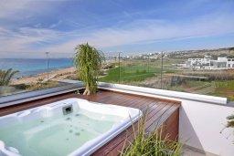 Развлечения и отдых на вилле. Кипр, Аммос - Лимнария Бич : Элегантная вилла на побережье с панорамным видом на Средиземное море, с 6-спальнями, пейзажным бассейном, сауной, солнечной террасой на крыше с джакузи, расположена в 50 метрах от уединенной песчаной бухты