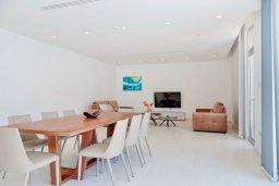 Гостиная. Кипр, Пернера Тринити : Современная вилла с панорамным видом на Средиземное море, с 3-мя спальнями, с бассейном, солнечной меблированной террасой на крыше с джакузи, расположена в прекрасном тихом районе Ayia Triada около пляжа Trinity Beach