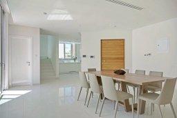 Обеденная зона. Кипр, Пернера Тринити : Современная вилла с панорамным видом на Средиземное море, с 3-мя спальнями, с бассейном, солнечной меблированной террасой на крыше с джакузи, расположена в прекрасном тихом районе Ayia Triada около пляжа Trinity Beach
