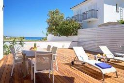 Зона отдыха у бассейна. Кипр, Пернера Тринити : Современная вилла с панорамным видом на Средиземное море, с 3-мя спальнями, с бассейном, солнечной меблированной террасой на крыше с джакузи, расположена в прекрасном тихом районе Ayia Triada около пляжа Trinity Beach