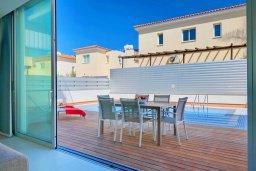 Зона отдыха у бассейна. Кипр, Пернера Тринити : Современная вилла с видом на Средиземное море, с 3-мя спальнями, с бассейном, солнечной террасой на крыше с джакузи, расположена около пляжа Trinity Beach
