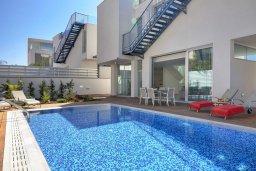Фасад дома. Кипр, Пернера Тринити : Современная вилла с видом на Средиземное море, с 3-мя спальнями, с бассейном, солнечной террасой на крыше с джакузи, расположена около пляжа Trinity Beach
