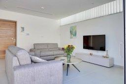 Гостиная. Кипр, Пернера Тринити : Современная вилла с видом на Средиземное море, с 3-мя спальнями, с бассейном, солнечной террасой на крыше с джакузи, расположена около пляжа Trinity Beach
