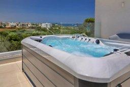 Развлечения и отдых на вилле. Кипр, Пернера Тринити : Современная вилла с видом на Средиземное море, с 3-мя спальнями, с бассейном, солнечной террасой на крыше с джакузи, расположена около пляжа Trinity Beach