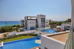 Вид на море. Кипр, Аммос - Лимнария Бич : Потрясающая современная вилла с панорамным видом на Средиземное море, с 3-мя спальнями, пейзажным бассейном с джакузи, террасой на крыше с lounge-зоной, барбекю, расположена в 100 метрах от пляжа