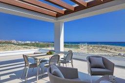 Терраса. Кипр, Аммос - Лимнария Бич : Потрясающая современная вилла с панорамным видом на Средиземное море, с 3-мя спальнями, пейзажным бассейном с джакузи, террасой на крыше с lounge-зоной, барбекю, расположена в 100 метрах от пляжа