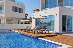 Бассейн. Кипр, Аммос - Лимнария Бич : Потрясающая современная вилла с панорамным видом на Средиземное море, с 3-мя спальнями, пейзажным бассейном с джакузи, террасой на крыше с lounge-зоной, барбекю, расположена в 100 метрах от пляжа