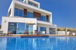 Вид на виллу/дом снаружи. Кипр, Аммос - Лимнария Бич : Потрясающая современная вилла с панорамным видом на Средиземное море, с 3-мя спальнями, пейзажным бассейном с джакузи, террасой на крыше с lounge-зоной, барбекю, расположена в 100 метрах от пляжа