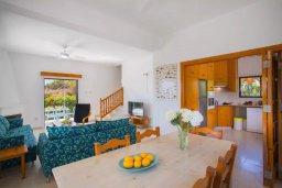 Гостиная. Кипр, Коннос Бэй : Великолепная семейная вилла в Кипрском стиле с красивым зелёным садом, с видом на Средиземное море, с 3-мя спальнями и приватным двориком с патио