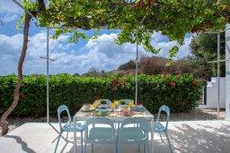 Обеденная зона. Кипр, Коннос Бэй : Великолепная семейная вилла в Кипрском стиле с красивым зелёным садом, с видом на Средиземное море, с 3-мя спальнями и приватным двориком с патио