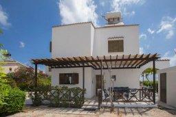 Фасад дома. Кипр, Коннос Бэй : Великолепная семейная вилла в Кипрском стиле с красивым зелёным садом, с видом на Средиземное море, с 3-мя спальнями и приватным двориком с патио