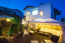 Вид на виллу/дом снаружи. Кипр, Коннос Бэй : Прекрасная вилла с 4-мя спальнями, с бассейном, тенистой террасой с патио и барбекю, в окружении зелёного сада