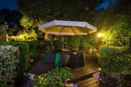 Патио. Кипр, Коннос Бэй : Прекрасная вилла с 4-мя спальнями, с бассейном, тенистой террасой с патио и барбекю, в окружении зелёного сада