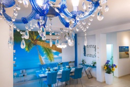 Обеденная зона. Кипр, Коннос Бэй : Прекрасная вилла с 4-мя спальнями, с бассейном, тенистой террасой с патио и барбекю, в окружении зелёного сада