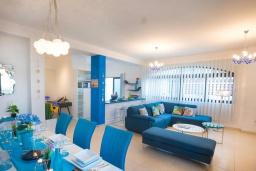 Гостиная. Кипр, Коннос Бэй : Прекрасная вилла с 4-мя спальнями, с бассейном, тенистой террасой с патио и барбекю, в окружении зелёного сада