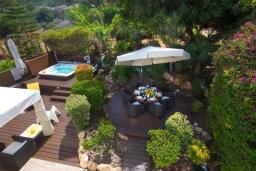 Зелёный сад. Кипр, Коннос Бэй : Прекрасная вилла с 4-мя спальнями, с бассейном, тенистой террасой с патио и барбекю, в окружении зелёного сада