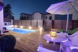 Бассейн. Кипр, Коннос Бэй : Прекрасная вилла с 4-мя спальнями, с бассейном, тенистой террасой с патио и барбекю, в окружении зелёного сада