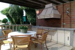 Терраса. Кипр, Пареклисия : Современная вилла с большим бассейном и зеленым двориком с барбекю, 4 спальни, 4 ванные комнаты, парковка, Wi-Fi