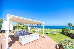 Патио. Кипр, Пернера : Роскошная вилла в 50 метрах от пляжа, с бассейном, патио и зеленой лужайкой, 5 спален, 4 ванные комнаты, барбекю, парковка, Wi-Fi