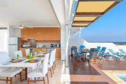 Гостиная. Кипр, Фиг Три Бэй Протарас : Роскошная современная вилла с панорамным видом на море, с 4-мя спальнями, 2-мя гостиными, бассейном, зелёной лужайкой недалеко от пляжа, внутренним двориком, барбекю и патио