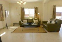 Гостиная. Кипр, Нисси Бич : Удивительная вилла с 2-мя спальнями, 2-мя ванными комнатами, бассейном, солнечной террасой с патио, расположена недалеко от знаменитого пляжа Nissi Beach
