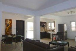 Гостиная. Кипр, Нисси Бич : Прекрасная вилла с 2-мя спальнями, бассейном, солнечной террасой с патио, расположена недалеко от знаменитого пляжа Nissi Beach