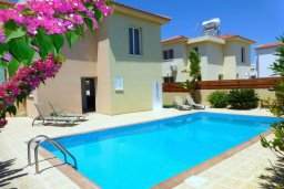 Фасад дома. Кипр, Нисси Бич : Прекрасная вилла с 2-мя спальнями, бассейном, солнечной террасой с патио, расположена недалеко от знаменитого пляжа Nissi Beach