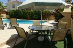 Обеденная зона. Кипр, Нисси Бич : Прекрасная вилла с 2-мя спальнями, бассейном, солнечной террасой с патио, расположена недалеко от знаменитого пляжа Nissi Beach